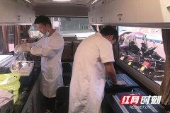 工作人员在快检车上进行食品抽检工作